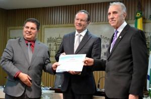 Ricardo Valério – Pres. Do Corecon, Raniere Barbosa, e o vice-Presidente do COFECON, Odisnei Antônio Bég - Copia